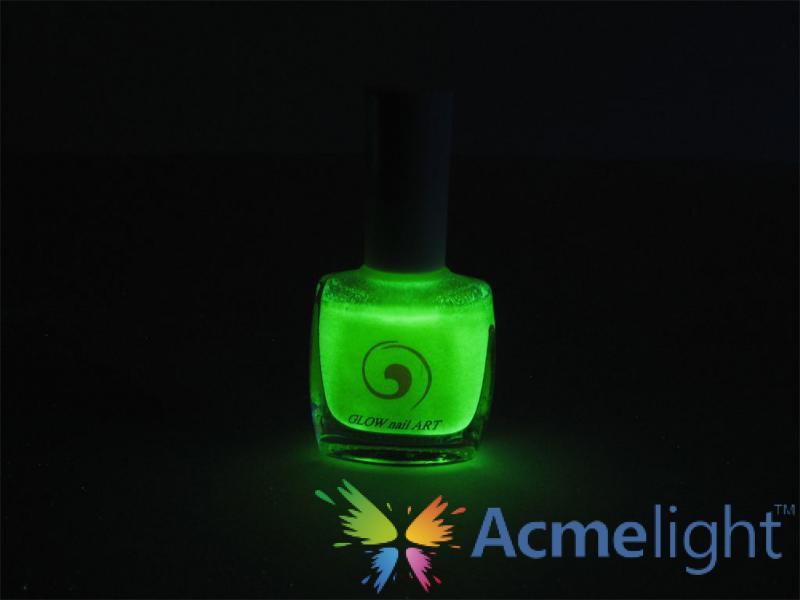 Фото  Светящийся лак для ногтей