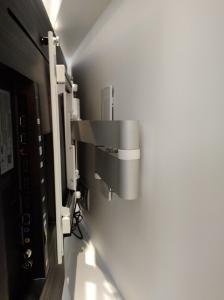 Фото  навесить телевизор на стену в Одессе монтаж телевизора на стену Одесса.Повесить телевизор LCD LED Plasma ,Плазменные панели (PDP) Жидкокристаллические, ЖК (LCD) телевизоры На светодиодах (LED) на стену в Одессе. Распаковка,первый запуск, монтаж телевизора