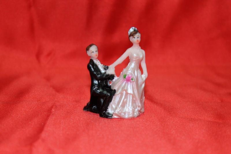 "№2 Статуэтка на торт (высота 4 см) ""предложение""007"