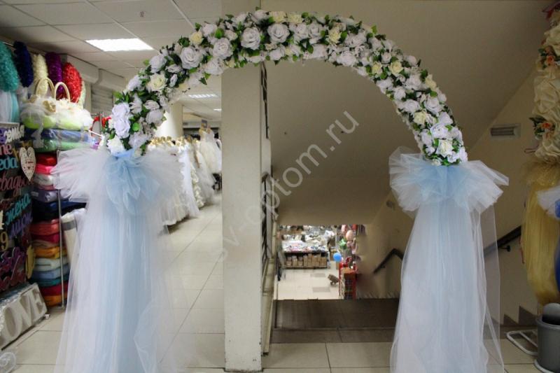 Арка свадебная с белыми и айвори цветами и голубым и белым фатином  (разборная на 4 части) арт.094-059
