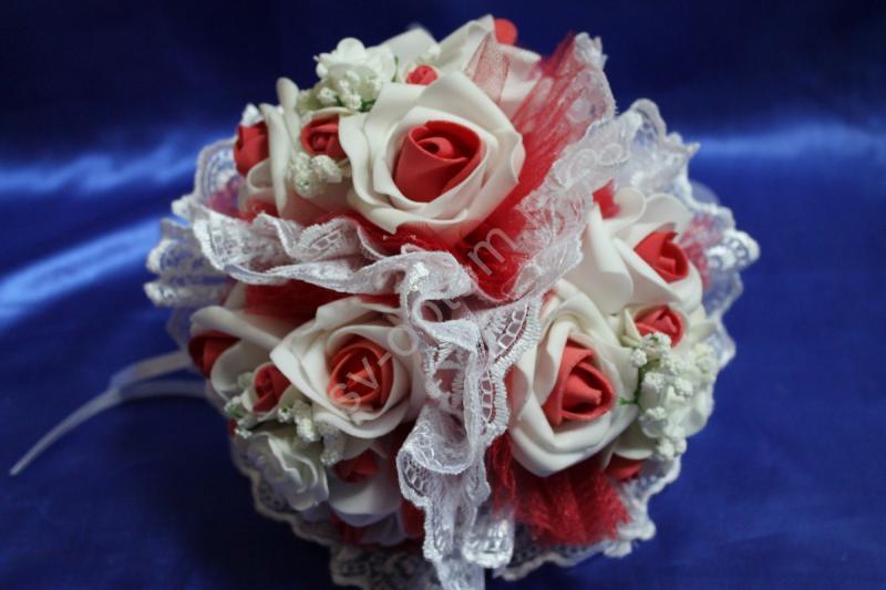 """Букет """"Тройняшка"""" с бело-красными латексными розами, красным фатином и белым кружевом арт. 020-214"""