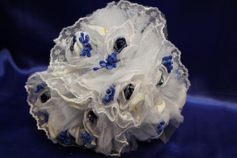 "Букет ""Тройняшка"" с бело-синими цветами из ткани арт. 020-299"