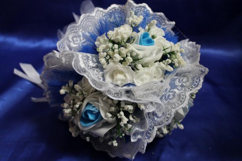 """Букет """"Тройняшка"""" с белыми и бело-голубыми латексными розами и белым кружевом арт. 020-209"""