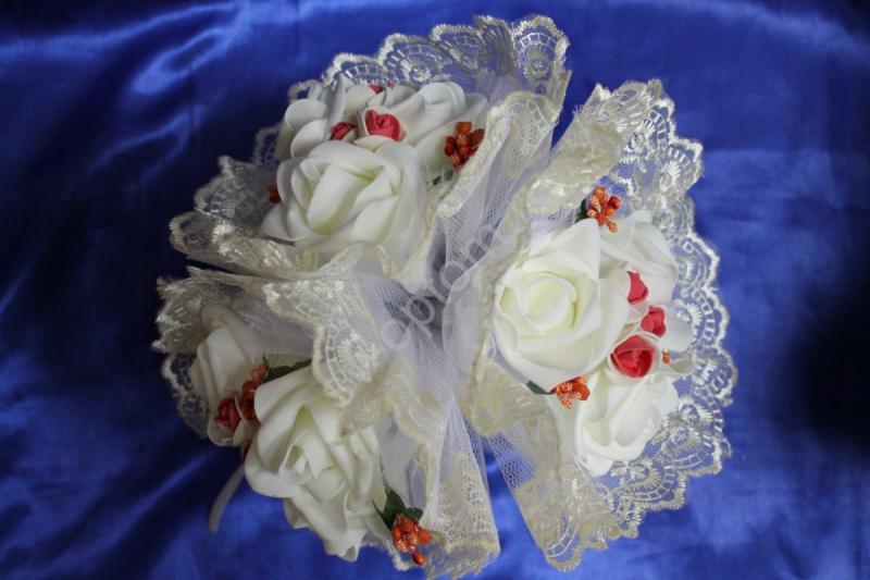 """Букет """"Тройняшка"""" с белыми и бело-красными латексными розами и айвори кружевом арт. 020-206"""