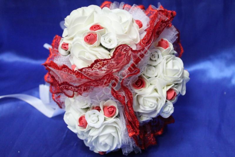 """Букет """"Тройняшка"""" с белыми и бело-красными латексными розами и красным кружевом арт. 020-215"""