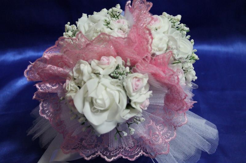 """Букет """"Тройняшка"""" с белыми и бело-розовыми латексными розами и розовым кружевом арт. 020-210"""