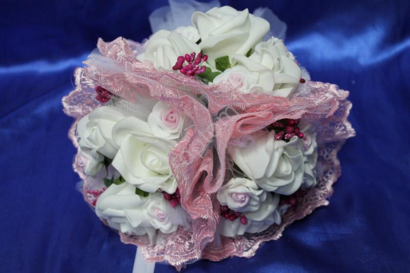 """Букет """"Тройняшка"""" с белыми и бело-розовыми латексными розами и розовым кружевом арт.020-216"""