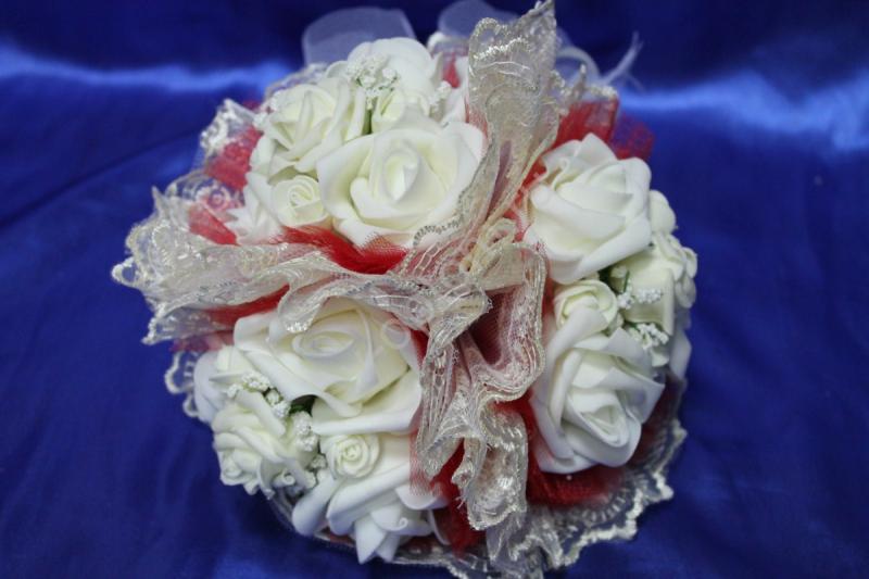 """Букет """"Тройняшка"""" с белыми латексными розами, красным фатином и айвори кружевом арт. 020-217"""