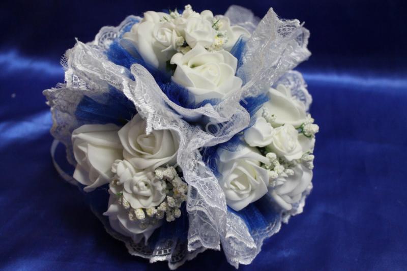 """Букет """"Тройняшка"""" с белыми латексными розами, синим фатином и белым кружевом арт. 020-213"""