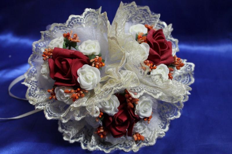"""Букет """"Тройняшка"""" с бордовыми и белыми латексными розами и айвори кружевом арт. 020-212"""