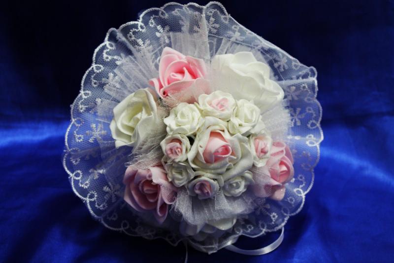 Букет белыми, розовыми и бело-розовыми латексными розами и белым кружевом арт. 020-303