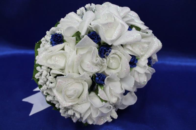 Букет латексный с белыми розами и маленькими синими цветами арт. 020-171