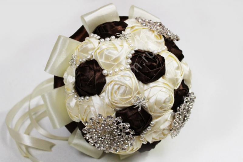 Букет невесты с атласных лент айвори-коричневый с брошками. Диаметр 20см арт. 020-088