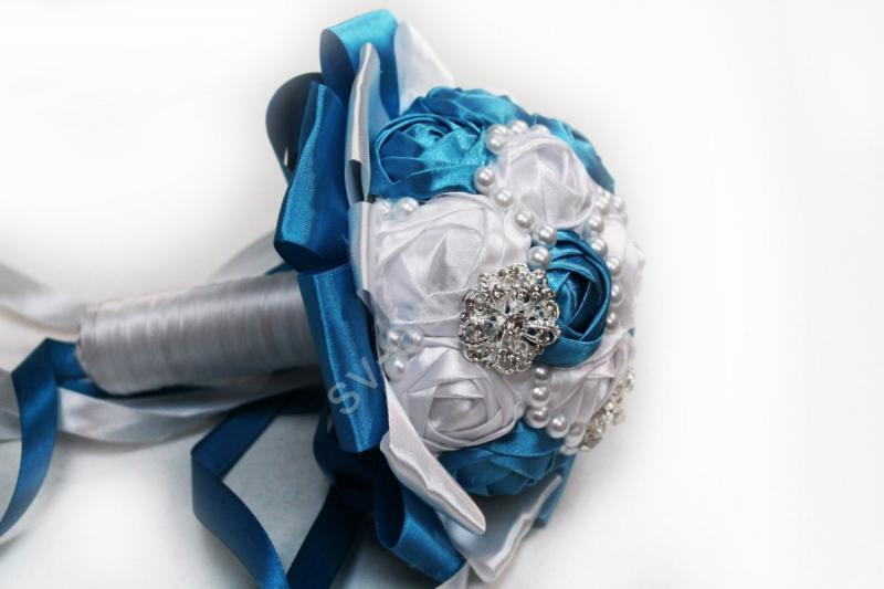 Букет невесты с атласных лент бело-бирюзовый с брошками. Диаметр 12см арт. 020-167