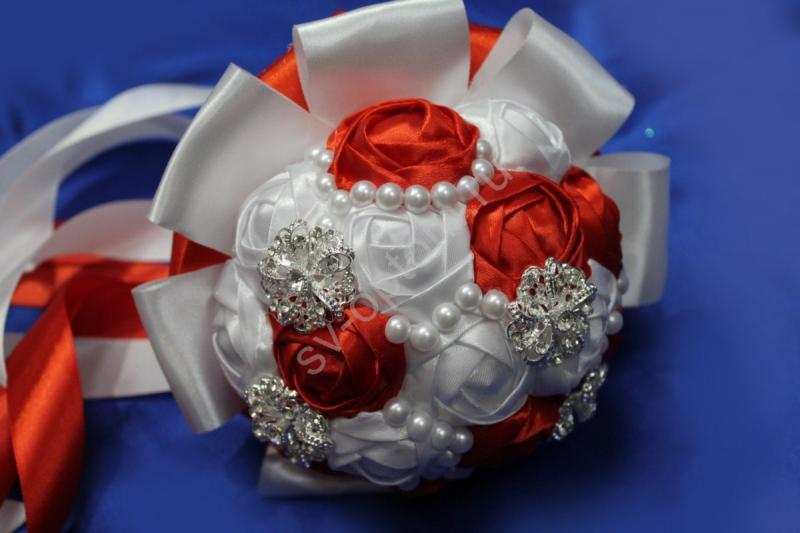 Букет невесты с атласных лент бело-красный с брошками. Диаметр 12см арт. 020-166