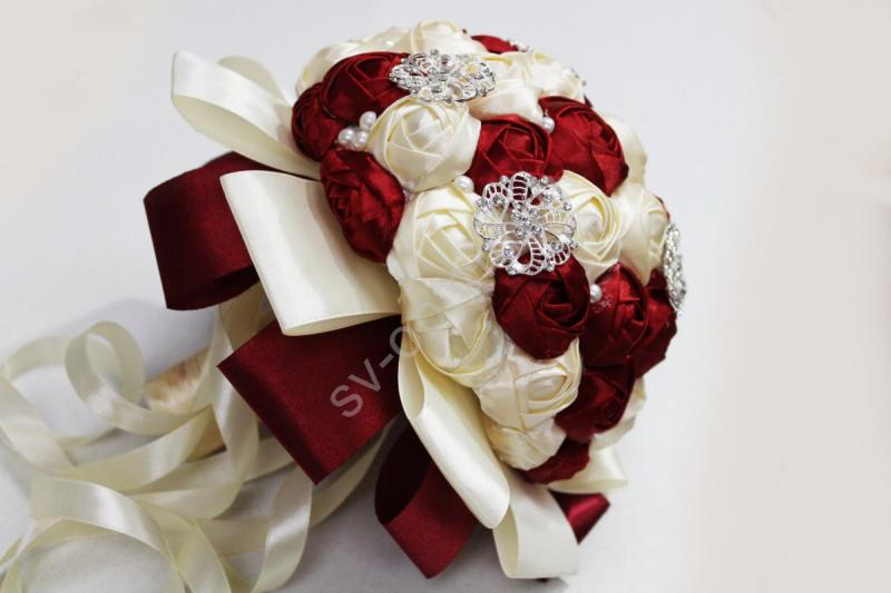 Букет невесты с атласных лент бордовый-айвори с брошками. Диаметр 20см арт. 020-097