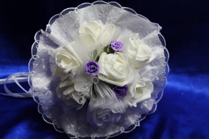 Букет с белыми и сиреневыми латексными розами, белым фатином и кружевом арт.020-312