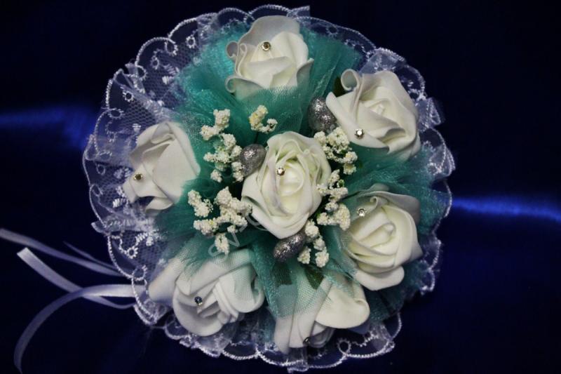 Букет с белыми латексными розами и бирюзовым фатином арт. 020-350