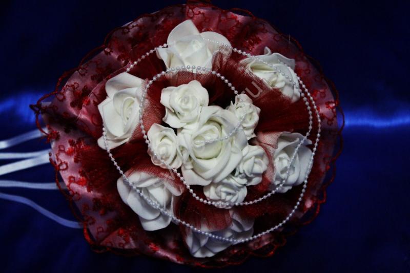 Букет с белыми латексными розами и бордовым кружевом арт. 020-335