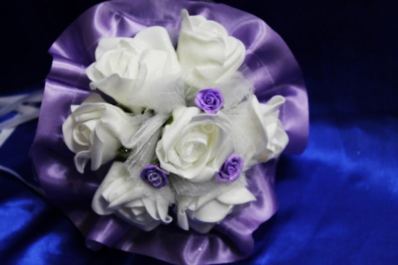 Букет с белыми латексными розами и фиолетовым атласом арт. 020-319