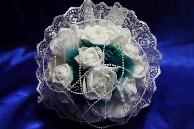 Букет с белыми латексными розами, бирюзовым фатином и белым кружевом арт. 020-329