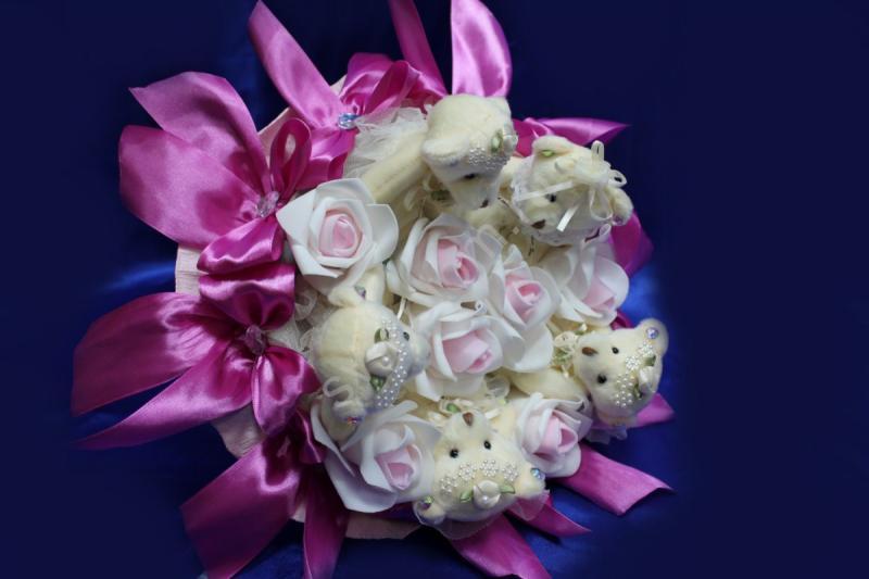Букет с мишками, бантиками фуксия и бело-розовыми латексными розами арт. 020-048