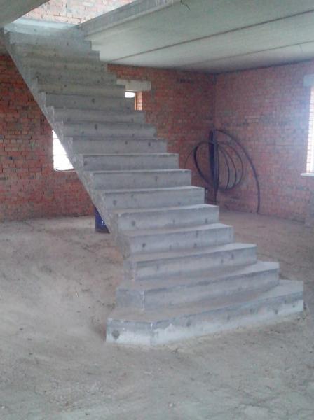 Монолитная полнотелая лестница прямой марш