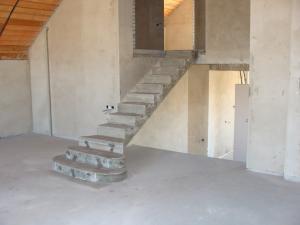 Фото Монолитная лестница полнотелая Монолитная полнотелая лестница прямой марш