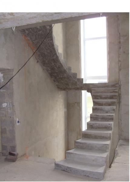 Монолитная полнотелая лестница с площадкой