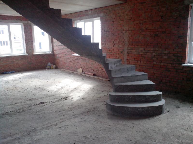Монолитная полнотелая лестница с забежными ступенями