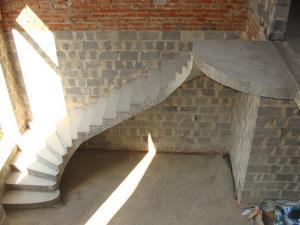 Фото Монолитная лестница полнотелая Монолитная полнотелая лестница с забежными ступенями