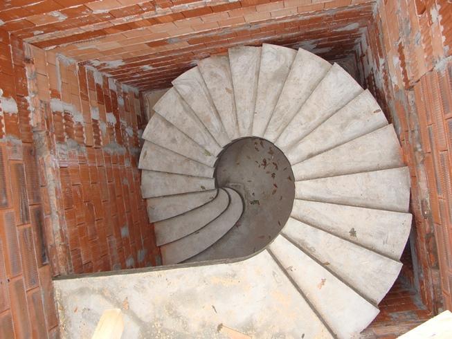Монолитная полнотелая спиральная лестница