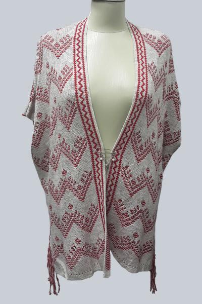 Модель 2350 - Модный  кардиган - накидка с бахрамой по бокам и оригиальным орнаментом , застегивается на карсивую брошку-булавку