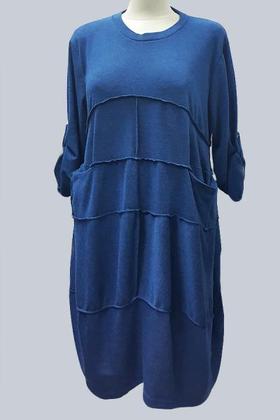 Модель 3158 - Модное трикотажное платье c карманами и прошитое поперечными швами