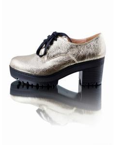 Фото  Золотистые туфли на шнуровке