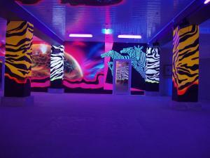 Фото Флуоресцентная краска и пигменты, светятся под воздействием УФ источника Яркая флуоресцентная краска для стекла