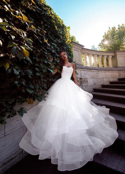 Пышное свадебное платье с юбкой воланами Марианна