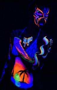Фото Флуоресцентная краска и пигменты, светятся под воздействием УФ источника Флуоресцентная (ультрафиолетовая) краска для тела