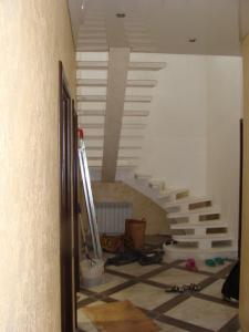 Фото Монолитная лестница на косоуре С площадкой на косоуре