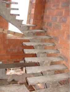 Фото Монолитная лестница на косоуре С забежными ступенями на косоуре