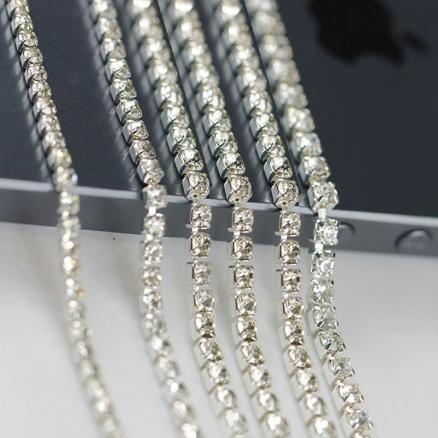 Стразовая цепь  SS 6 ,  белая  в  серебряной  оправе, камушек  2  мм.