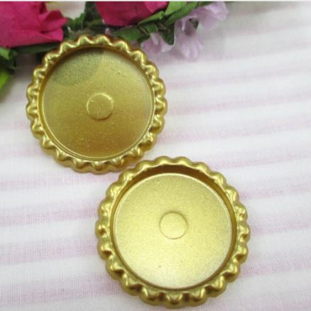 Пластиковая  крышечка   Золотого   цвета , по  наружи  33 мм.  Внутрений  размер  25 мм.