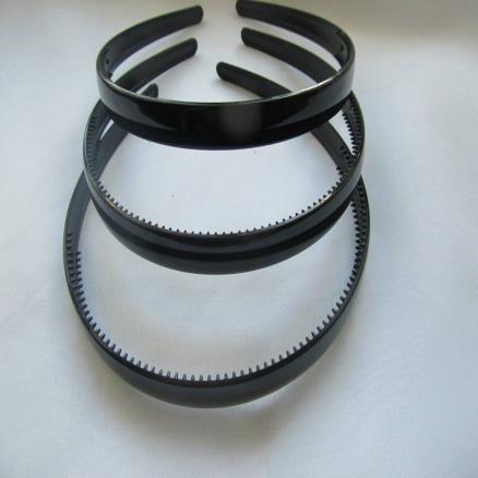 Обруч  с  зубчиками ,  пластиковый  глянцевый  12 мм.  с  округлёнными  краями.  Чёрного  цвета.