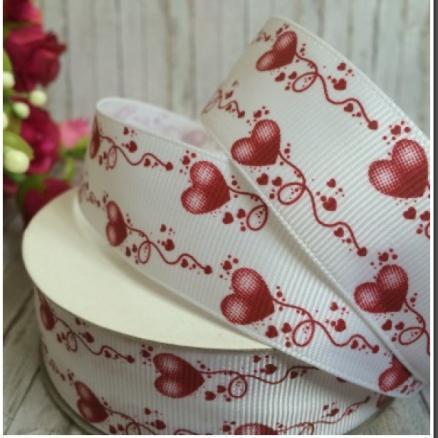 Лента  репсовая  2,5 см.   Белого  цвета  в  Красно - вишнёвых   сердечках