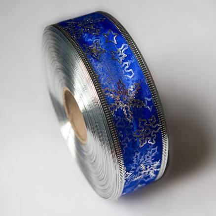 Новогодняя органзовая лента 38 мм. Синего цвета с серебряными снежинками и звёздочками.