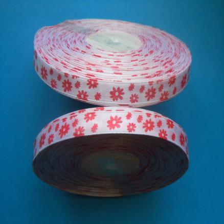 Фото Ленты, Лента атласная с узорами Лента атласная 0,9 см, цвет белый в красных ромашках
