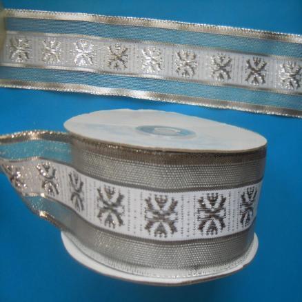 Декоративная  лента  Нейлон - Парча  серебряного  цвета  с  белой  широкой  полосой  и  снежинками.  Ширина  -  4 см.