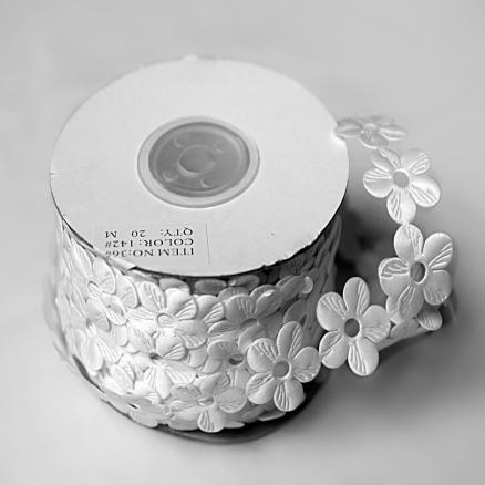Фото Кружево ,тесьма ,сетка,резинка, Тесьма цветочная Тесьма  ромашка  белая  22 мм .