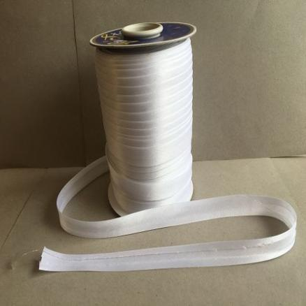 Фото Кружево ,тесьма ,сетка,резинка Косая  бейка  атласная.   Белого  цвета.    Ширина  15 мм.