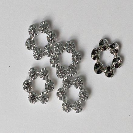 Стекляный   цветочек  без  серединки   ,  Цвет  Белое  серебро .  Диаметр цветочка - 12 мм.